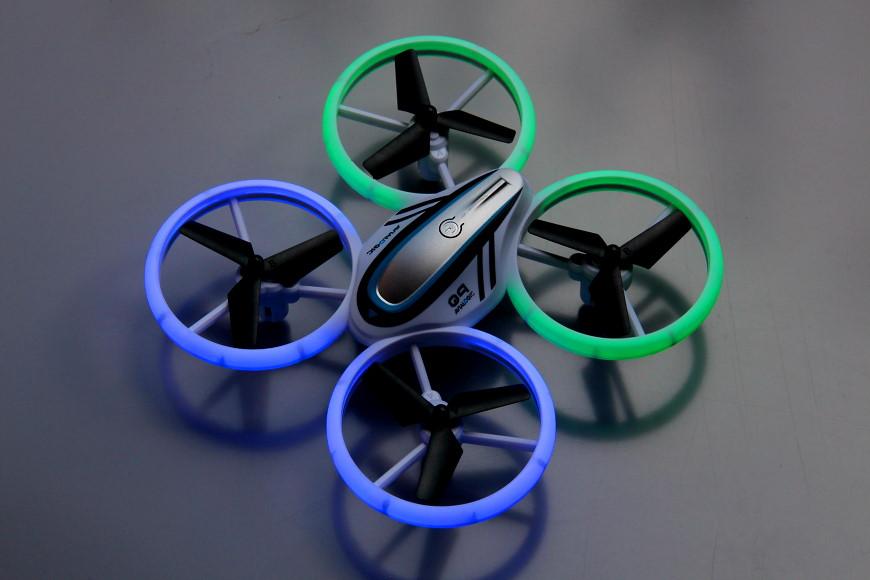 Avialogic Q9 Drone mit LED Beleuchtung (blau & grün) - im eingeschalteten Zustand