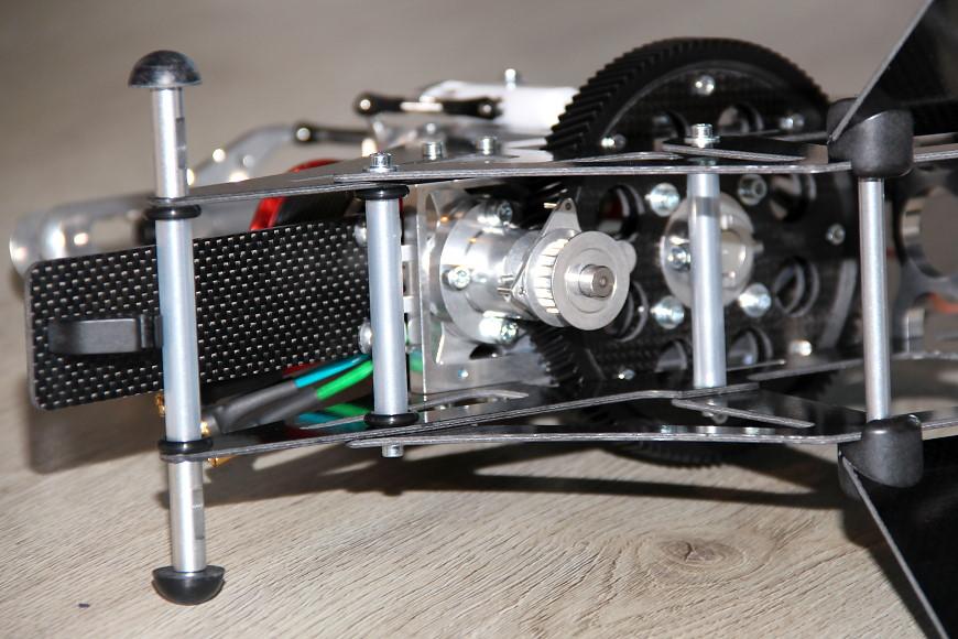 Henseleit TDF - Ritzelwelleneinheit und Motor: Chassis mit montiertem Motor (Blick von schräg unten)